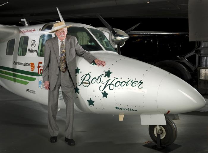 Bob Hoover pose devant l'avion qui l'a rendu célèbre... le shrike Commander.